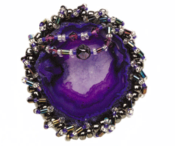 If you like gemstones then you're in luck: Try this easy, FREE bead embroidery pattern to turn gemstones into beautiful beaded brooches!