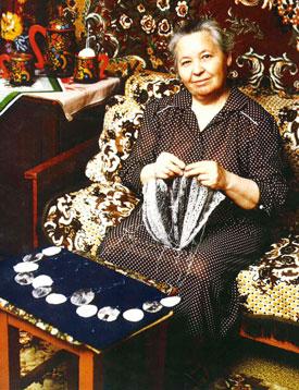 Olga Federova and her knit shawls with 13 bobbins!