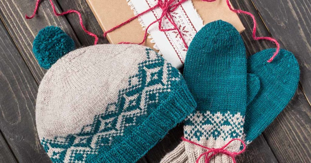 <em>Knits Gifts</em> 2018: Changing Diamonds Hat and Mittens Set