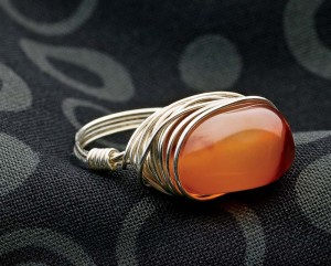 Learn how to wire wrap rings in this free wire wrapping jewelry tutorial.