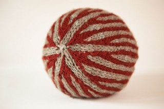 This knitted toy of a Nordic striped ball can be found in our free eBook on ideas for knitting gifts.