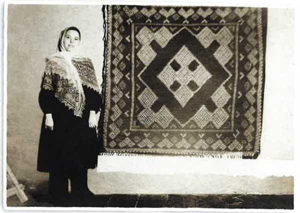 Knit Shawls: A two-color Orenberg version designed by Olga Federova