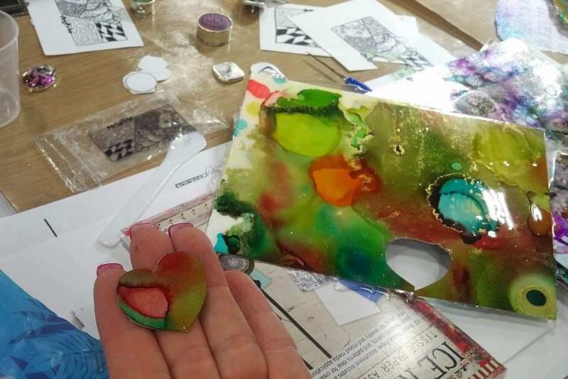 Bead Fest demos: Tammy Honaman uses alcohol inks and ICE Resin from Ranger Ink in her demo