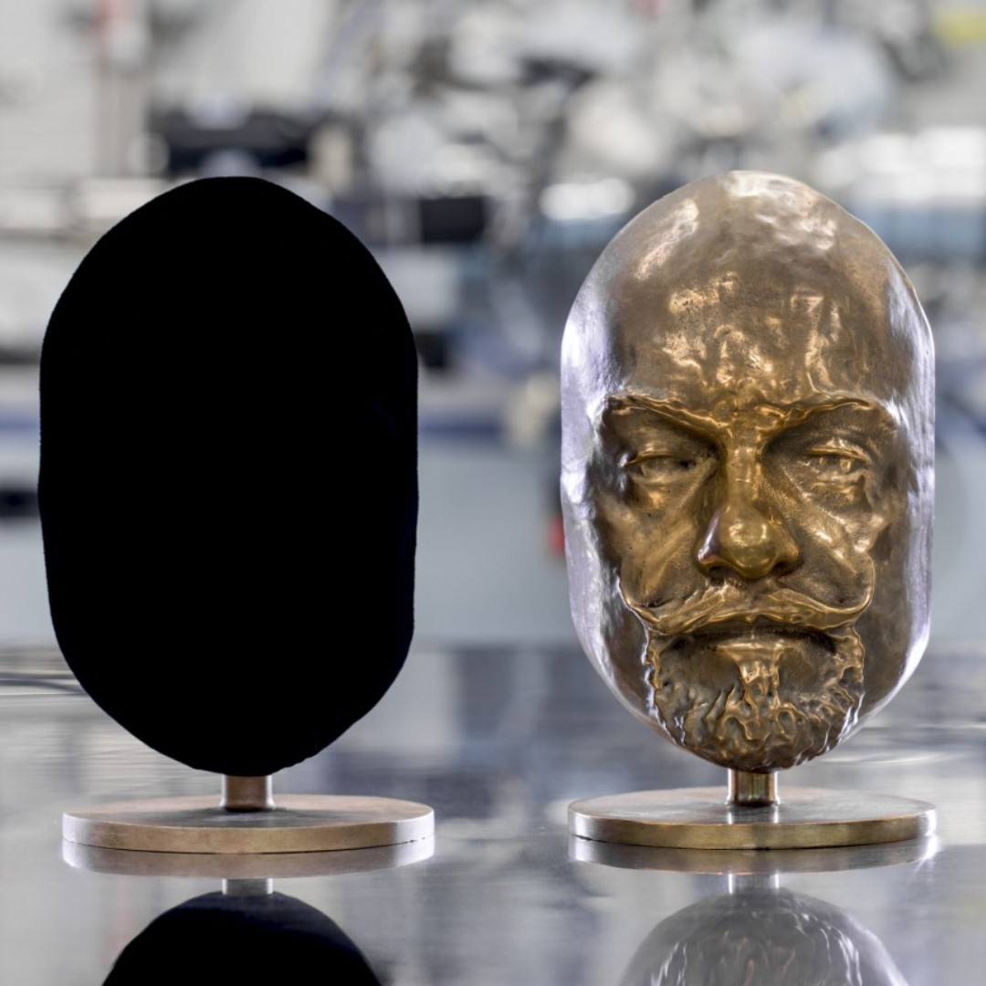 Vantablack applied to the sculpted bust at left conceals all detail. Courtesy of Surrey NanoSystems.