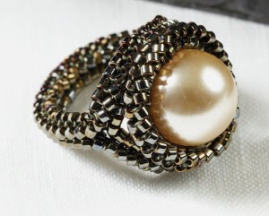 Make this free beaded pearl ring project using the tubular herringbone stitch.