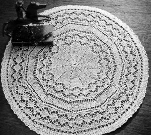 We love the look of this simple Diamond Doily. Learn how to make your very own!