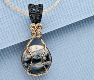 Learn how to make this DIY wire-wrapped necklace in this free eBook.