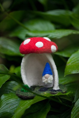 going-gnome-mushroom-house-2274_1024x1024