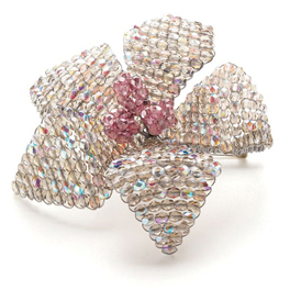 Learn how to make brooches with beads such as this beaded flower brooch in this free tutorial.