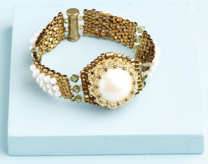 Learn how to make a pearl bracelet in this FREE eBook on handmade pearl jewelry designs.