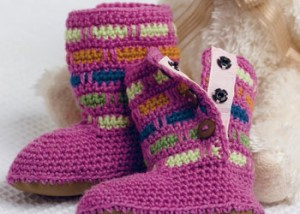 Crochet these booties with the crochet spike stitch with this FREE guide.