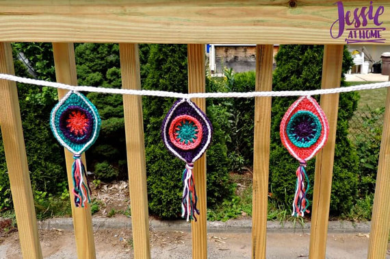 This crochet bunting is a prefect quick and easy crochet decoration.