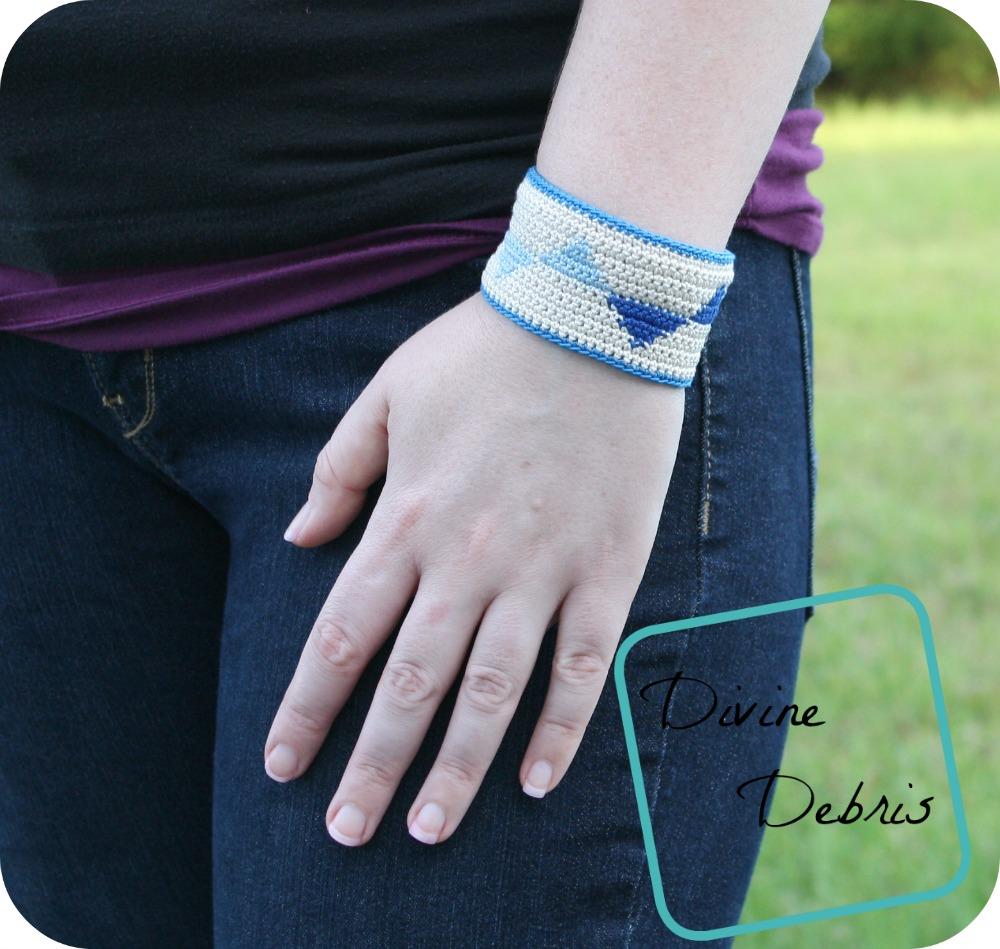 This simple crochet bracelet is beautiful.