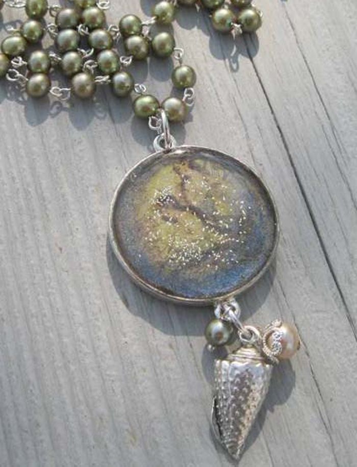 Learn how to use resin to make mixed-media jewelry in this free guide.