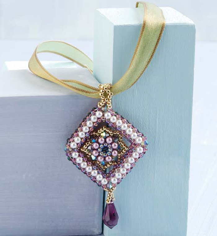 Make this reversible pearl pendant with two-needle right-angle weave in this free right-angle weave pattern.