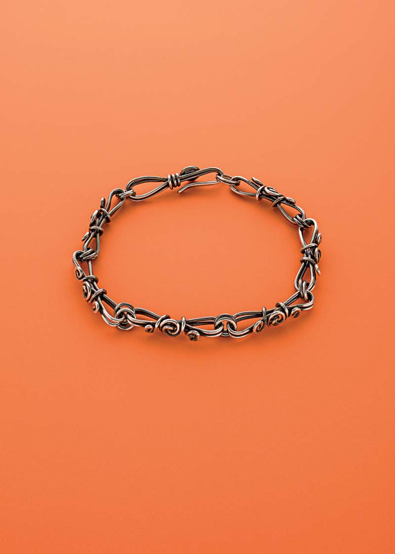 Noël Yovovich demos creating this hand-linked chain bracelet; photo: Jim Lawson